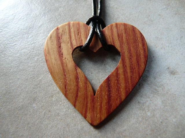 Collier en coeur en bois de rose - vue 2