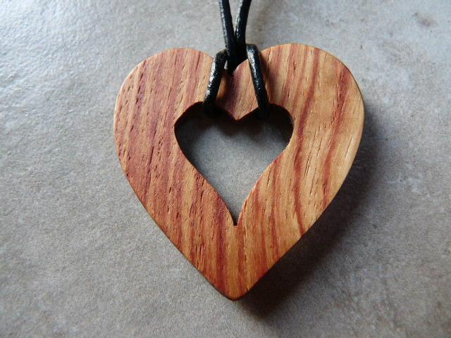 Collier en coeur en bois de rose - vue 3