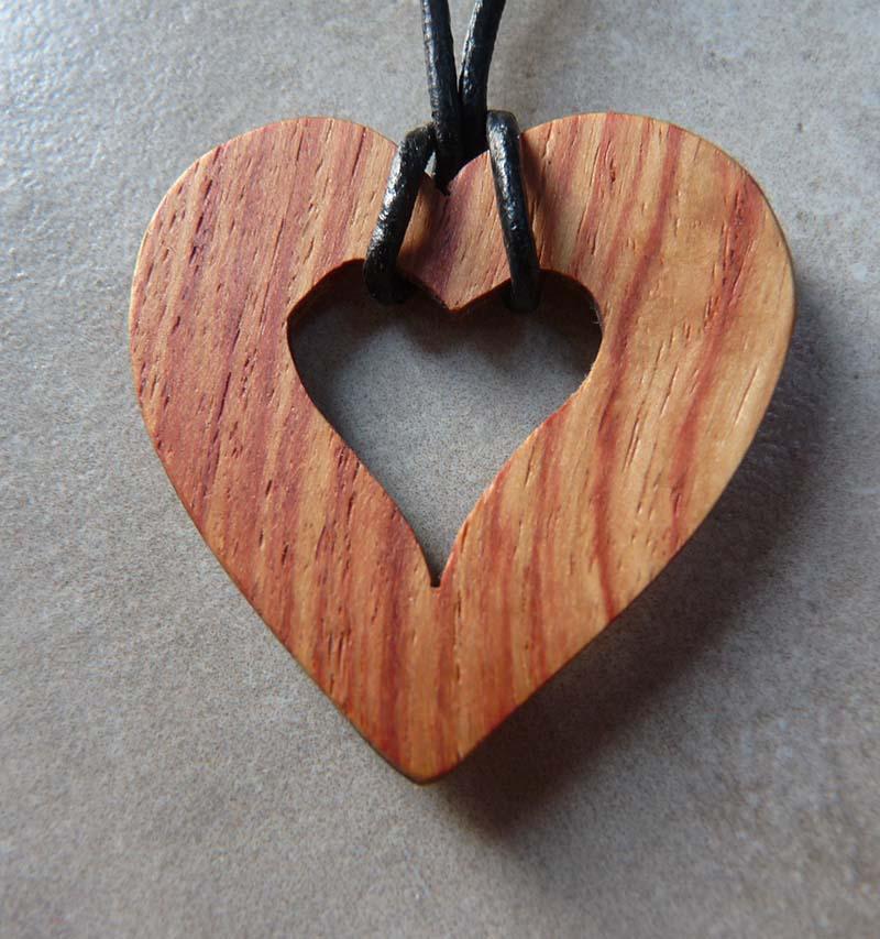 Collier en coeur en bois de rose - vue 1