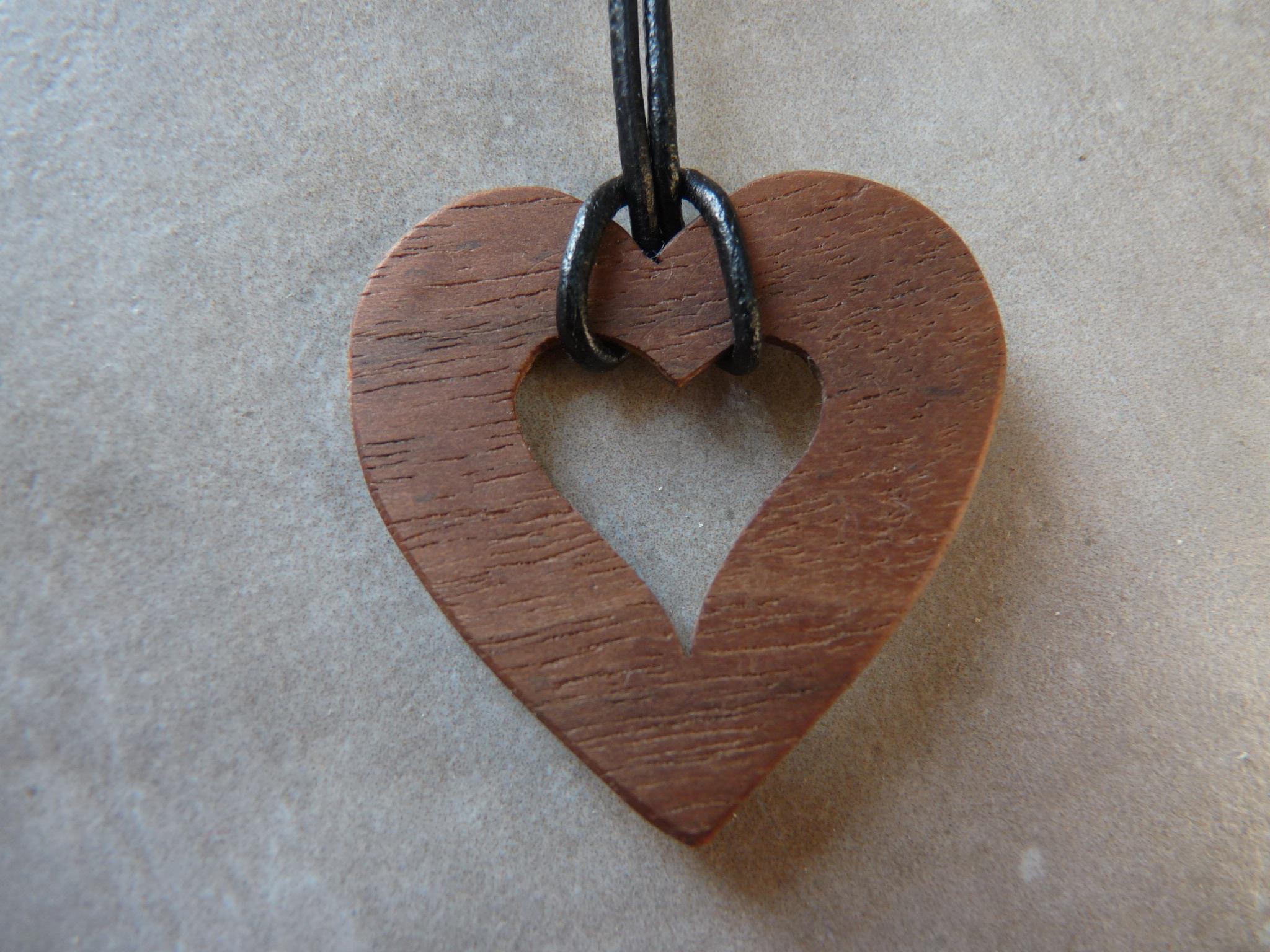 Collier en coeur en noyer - vue 1