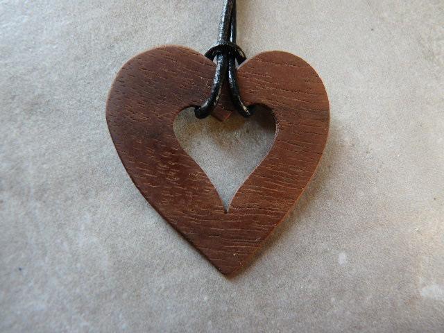 Collier en coeur en noyer - vue 2