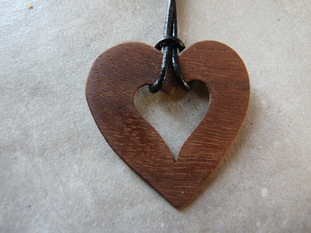 Collier en coeur en noyer - vue 3