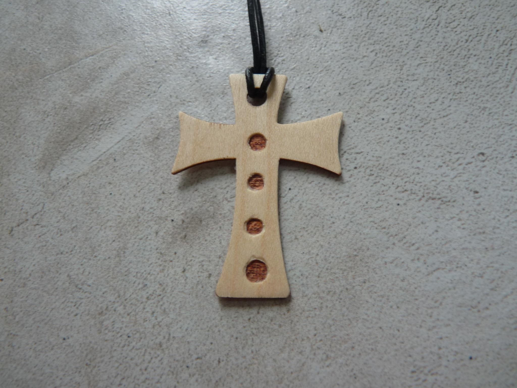 Collier Croix en érable - vue 1