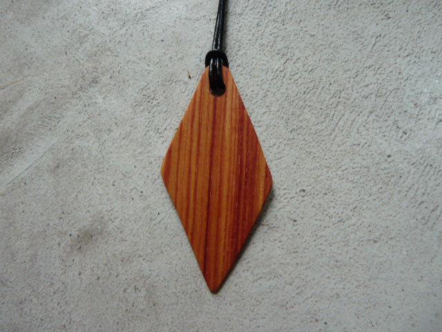 Collier losange en bois de rose - vue 2