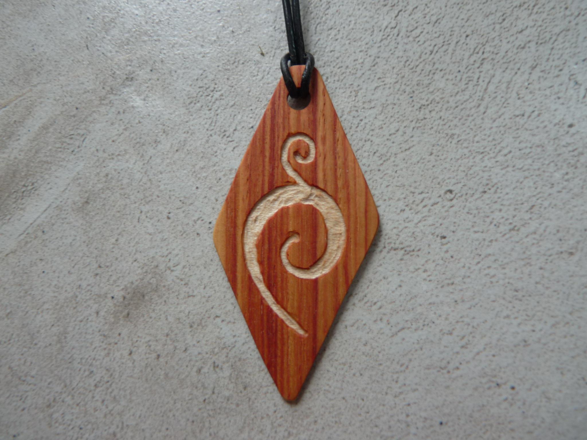 Collier losange en bois de rose - vue 1