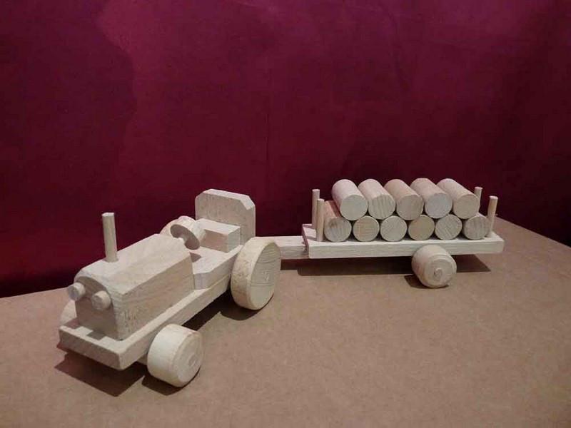 Tracteur en bois et sa remorque - vue 1