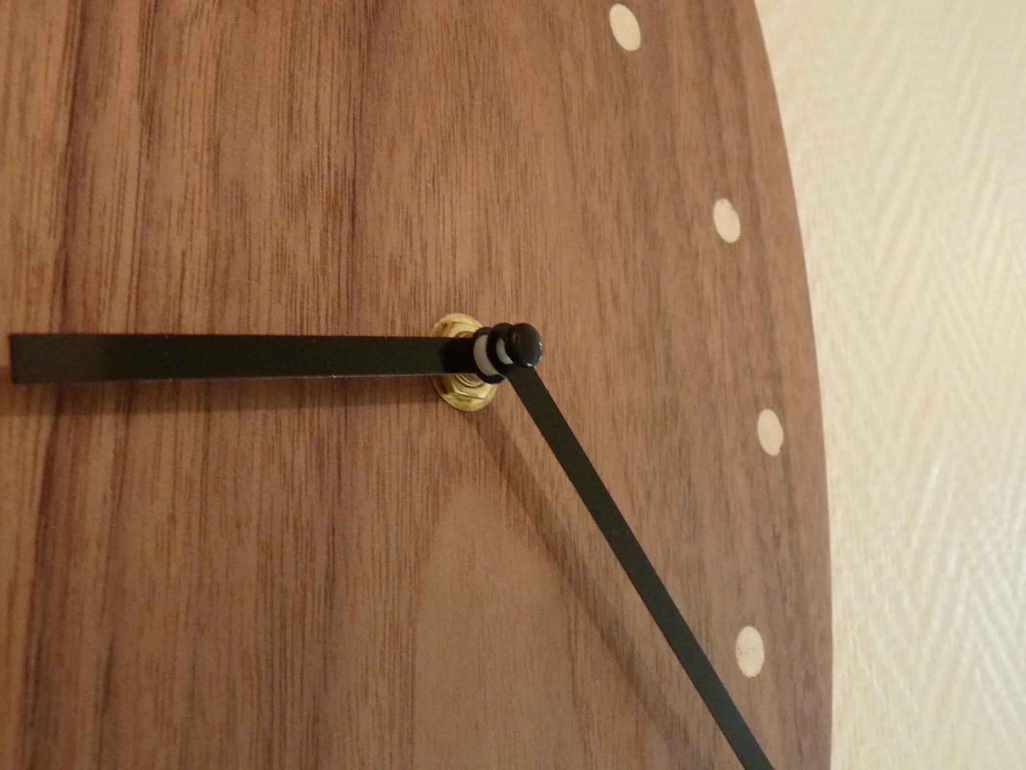 Pendule ovale en noyer - vue 1