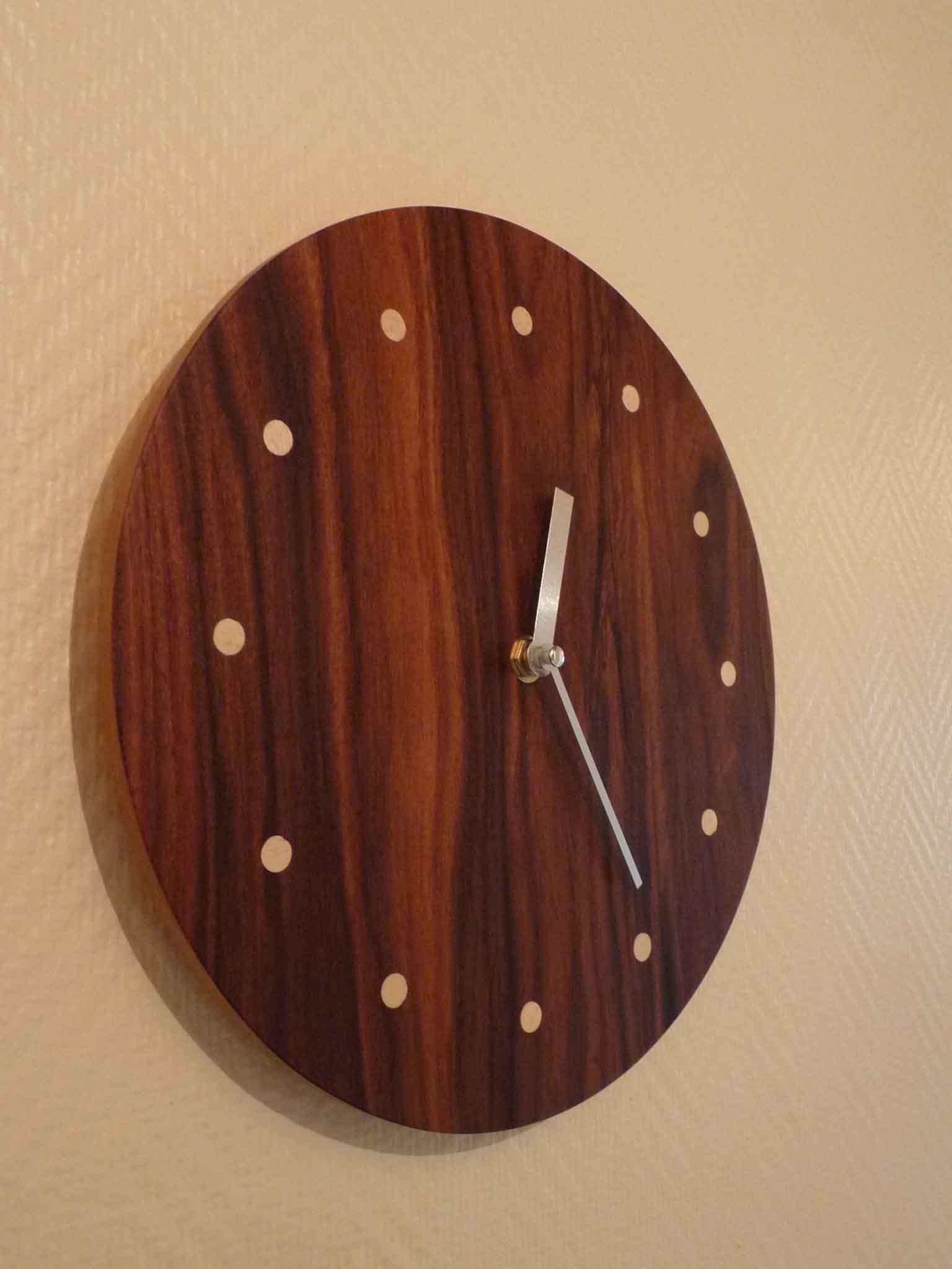 Pendule ronde en palissandre for Grande pendule en bois